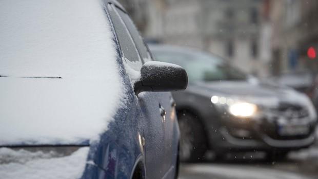 Gasilci so ponoči reševali potnike, ki so zaradi snega obtičali na prelazu Brenner (foto: profimedia)