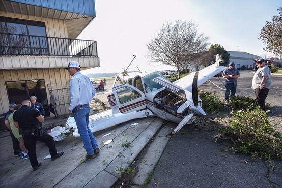 Bizarna nesreča v Los Angelesu: Manjše letalo razpadlo v zraku in padlo na hišo!