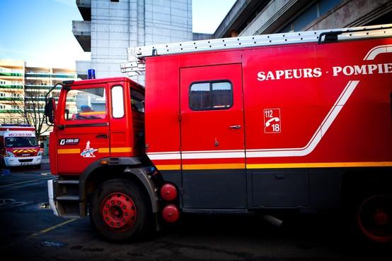Radovedneži v Kranju ovirali gasilce pri gašenju požara