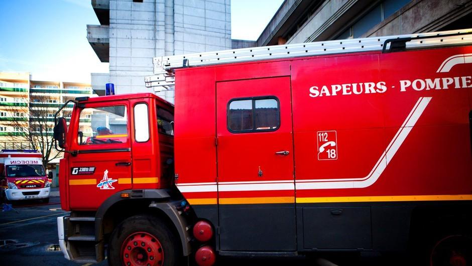 Radovedneži v Kranju ovirali gasilce pri gašenju požara (foto: Profimedia)