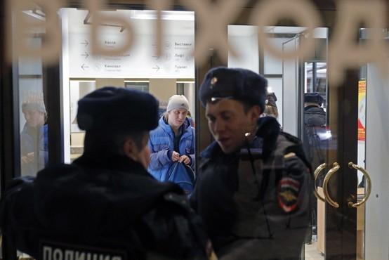 V Moskvi zaradi lažnih bombnih groženj evakuirali več tisoč ljudi