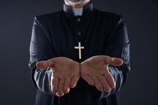 74-letni apostolski nuncij v Franciji obtožen otipavanja občinskega uslužbenca