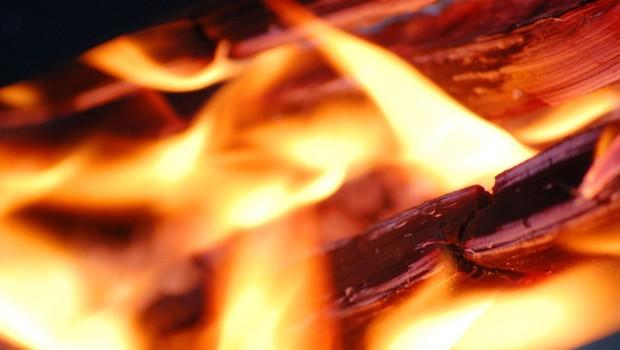 Zaradi saj, ki so zagorele v dimniku, se je vnelo podstrešje (foto: profimedia)