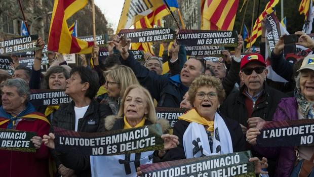 Pod sloganom Samoodločba ni zločin so v Barceloni protestirali proti sojenju katalonskim voditeljem (foto: profimedia)