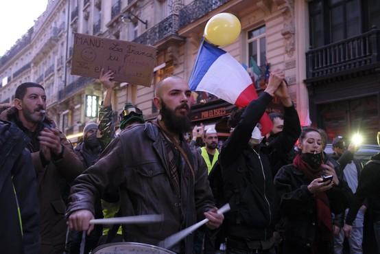 Rumeni jopiči vztrajajo na ulici že tri mesece, vnovič spopadi s policijo in aretacije