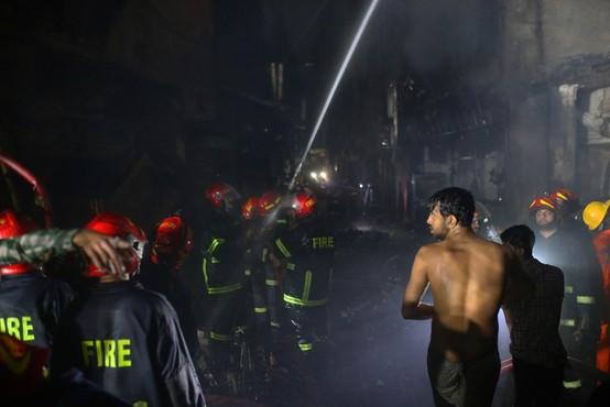 V bangladeški prestolnici Daki v stavbi izbruhnil požar - umrlo je najmanj 78 ljudi