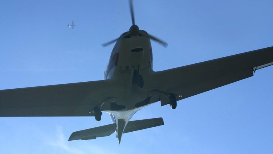 Na Floridi manjše letalo prebilo streho stanovanjske hiše in končalo v spalnici (foto: profimedia)