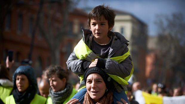 Rumeni jopiči že šestnajsto soboto zapored na cestah več francoskih mest (foto: profimedia)