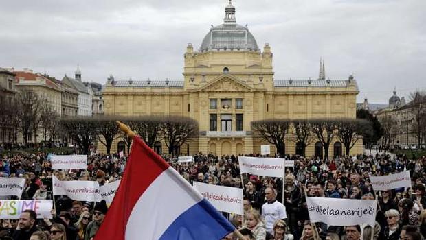 Hrvati zahtevajo, da se nasilje v družini iz prekrška spremeni v kaznivo dejanje (foto: STA)