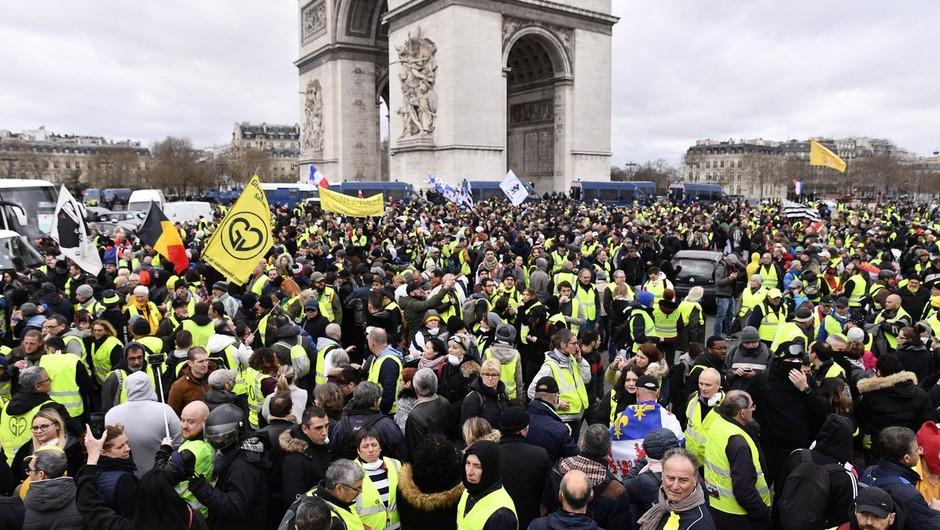 Nasilje in aretacije na protestih rumenih jopičev v Franciji (foto: profimedia)