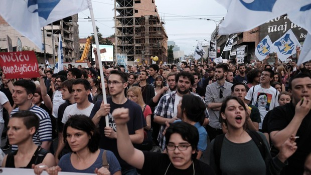 Protestniki obkolili predsedniško palačo in zahtevali Vučićev odstop (foto: profimedia)