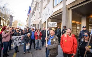 Protestniki v Ljubljani politiko pozvali k zaščiti reke Mure