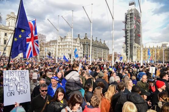 Več kot milijon protestnikov je v Londonu zahtevalo novo glasovanje o izstopu iz EU