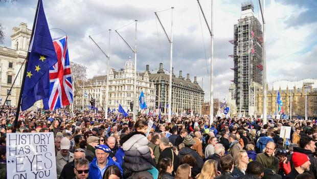Več kot milijon protestnikov je v Londonu zahtevalo novo glasovanje o izstopu iz EU (foto: profimedia)