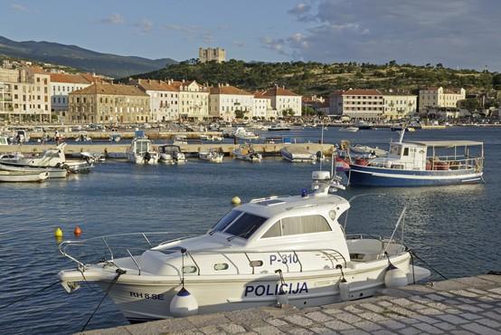 Vplutje hrvaškega policijskega čolna v slovensko morje je provokacija, meni Cerar!