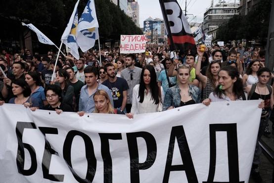 Na vsesrbskem protestu v Beogradu je bilo manj ljudi, kot so pričakovali organizatorji