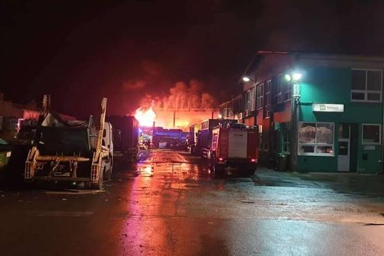 Lenart: Zagorelo je v obratu za predelavo odpadkov, eden gasilec poškodovan