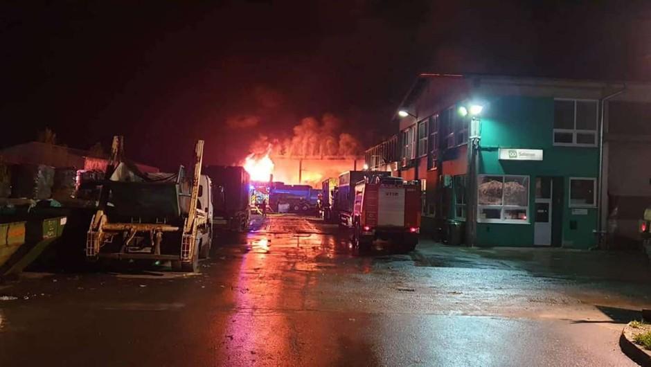 Lenart: Zagorelo je v obratu za predelavo odpadkov, eden gasilec poškodovan (foto: PGD Benedikt)