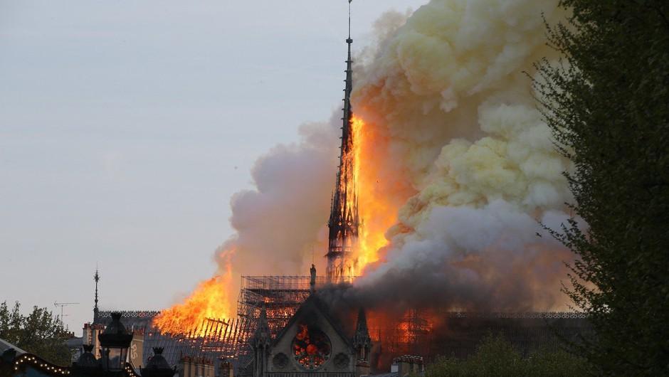 V Parizu izbruhnil požar v  katedrali Notre Dame - zrušil se je 93 metrov visok stolpič (foto: Profimedia)