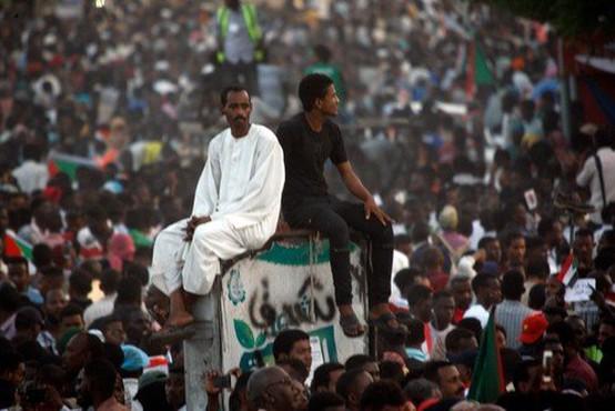 V Sudanu protestniki od vojske zahtevajo predajo oblasti civilistom