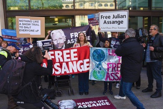 Julian Assange začel sodni boj proti izročitvi ZDA