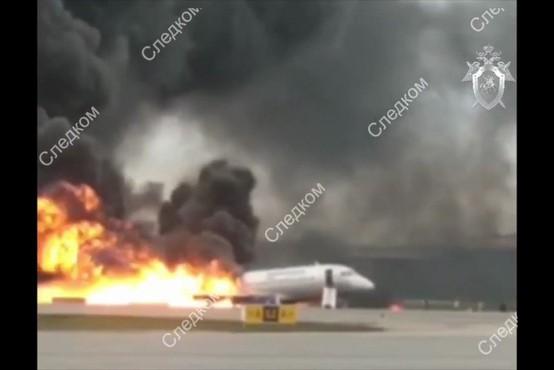 V zasilnem pristanku gorečega letala na moskovskem letališču umrlo 41 ljudi