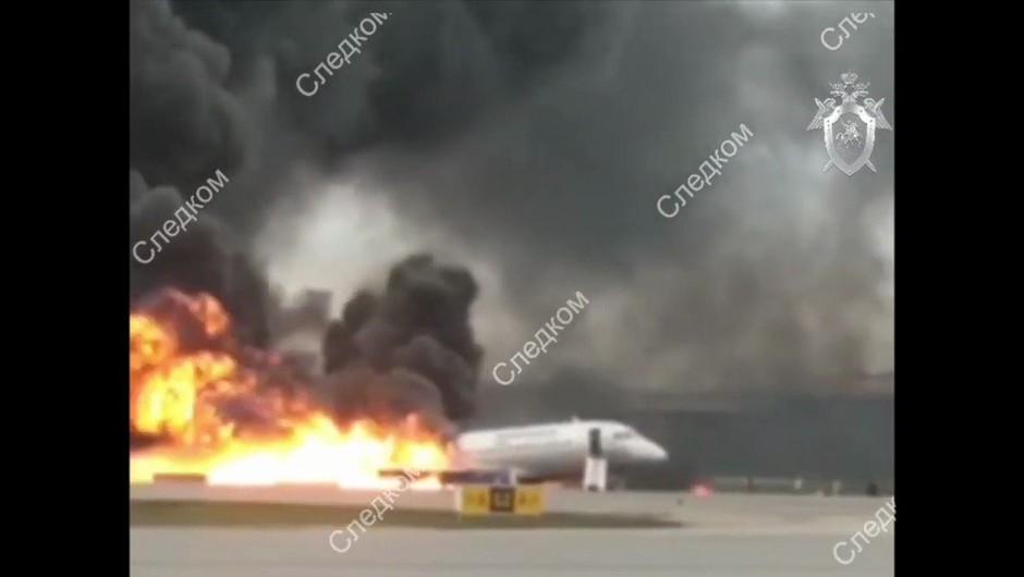 V zasilnem pristanku gorečega letala na moskovskem letališču umrlo 41 ljudi (foto: profimedia)