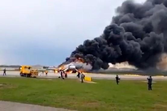 Po besedah pilota naj bi v rusko letalo udarila strela