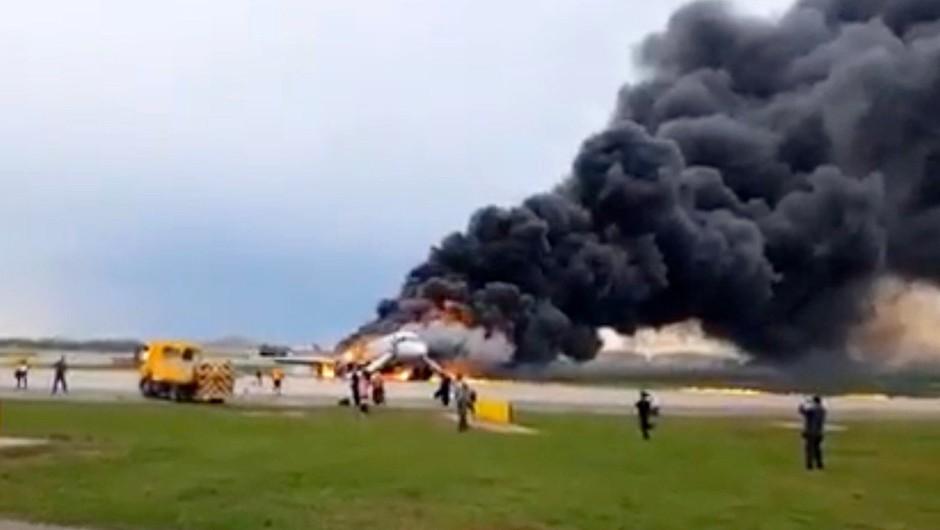 Črni skrinjici s potniškega letala, ki je zgorelo na moskovskem letališču, sta poškodovani (foto: Profimedia)