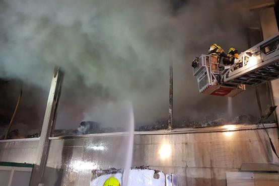 Ob požaru v Komendi ni nevarnosti za prebivalce, zagotavlja NIJZ