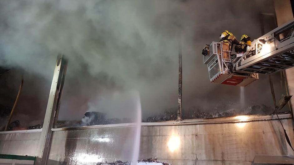 Ob požaru v Komendi ni nevarnosti za prebivalce, zagotavlja NIJZ (foto: PGD Moste)