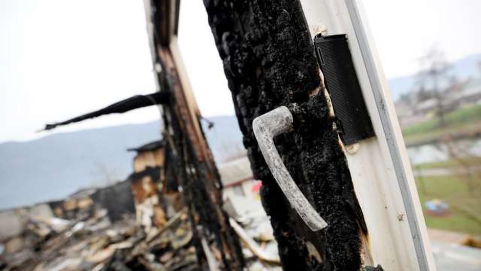 Požar v Črešnjicah nad Pijavškim terjal eno smrtno žrtev (foto: STA/Tamino Petelinšek)