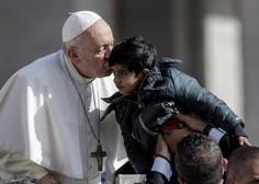 Papež migrantske otroke s papamobilom popeljal po Trgu svetega Petra