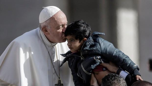 Papež migrantske otroke s papamobilom popeljal po Trgu svetega Petra (foto: profimedia)