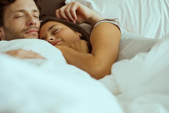 Zakaj je dobro, če se partnerja ponoči objemata