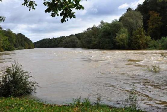 Deževje povzročalo težave, na Koroškem dva plazova