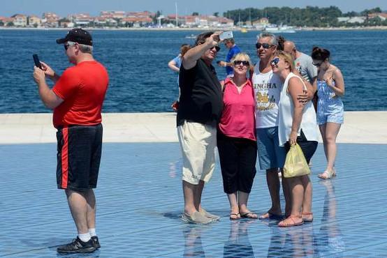 Na Hrvaškem so zgroženi: V Zadru je mladenič poškodoval znano instalacijo Pozdrav soncu