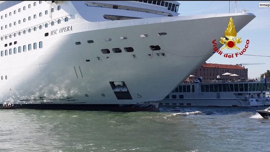 Nesreča v Benetkah: Ladja za križarjenje trčila v turistično ladjo in pomol (foto: profimedia)