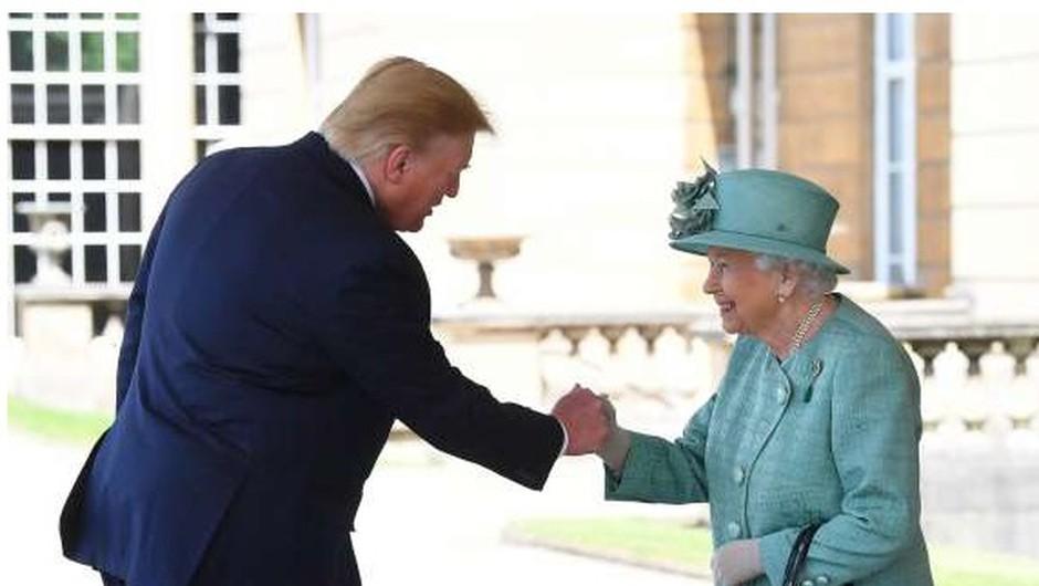 Britanska kraljica Trumpa sprejela v Buckinghamski palači (foto: STA)