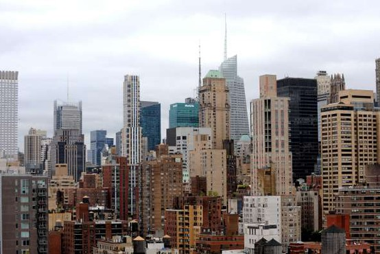 Na streho 54-nadstropne stolpnice sredi Manhattna padel helikopter, pilot je umrl