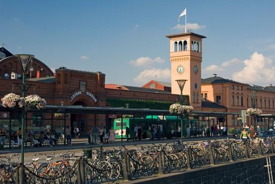 Švedska policija na železniški postaji ustrelila moškega, ki je grozil
