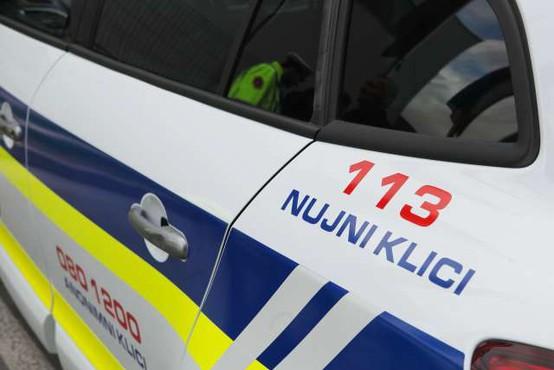 Voznik ukradenega kombija bežal pred policisti in ogrožal promet