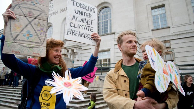 Več sto okoljskih aktivistov se je protestno priklenilo na ograjo urada Merklove (foto: profimedia)