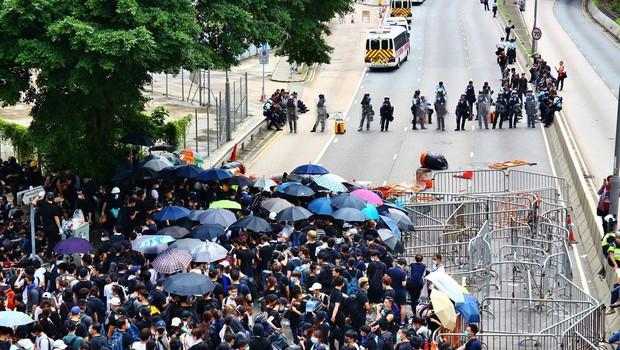 V Hongkongu izbruhnili spopadi med protestniki in policijo (foto: profimedia)