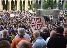 Protesti v Gruziji odnesli predsednika parlamenta, a nemirov še ni konec