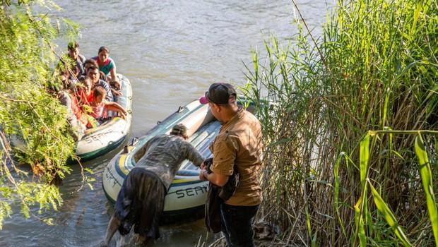 Presunljiva fotografija utopljenega begunca s hčerkico pretresla svet (foto: Profimedia)