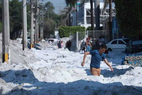 Mehiška Guadalajara pod dva metra debelo odejo toče