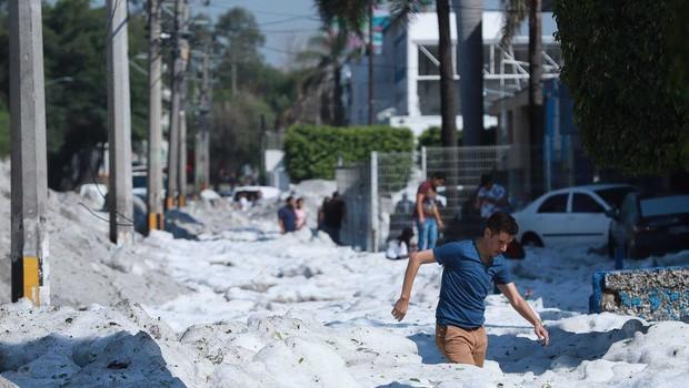 Mehiška Guadalajara pod dva metra debelo odejo toče (foto: Profimedia)