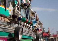 35 mrtvih potem, ko je v Kašmirju avtobus zapeljal v prepad