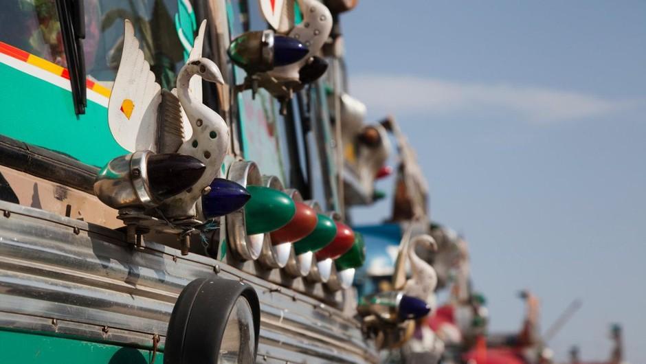 35 mrtvih potem, ko je v Kašmirju avtobus zapeljal v prepad (foto: profimedia)